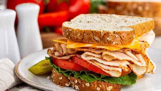 Un sándwich con pechuga de pavo.