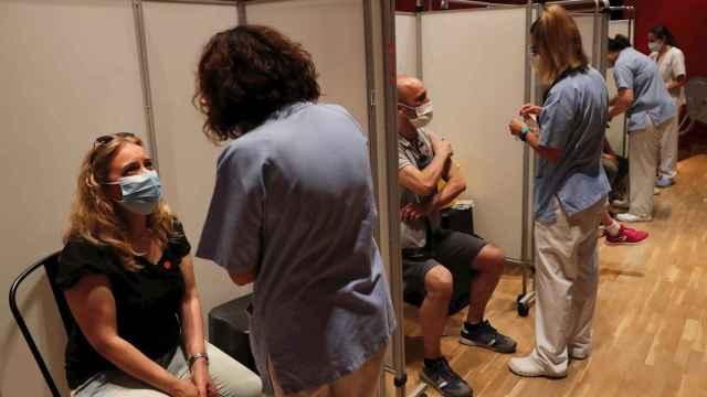 Personas esperando la vacuna en el Hospital Severo Ochoa de Leganés. EFE/J.P.Gandul.