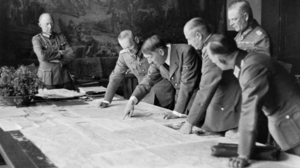 Hitler y su séquito en julio de 1940, durante una reunión en su residencia alpina de Berghof.