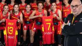 Lucas Mondelo y las jugadoras de la selección española de baloncesto para el Eurobasket 2021