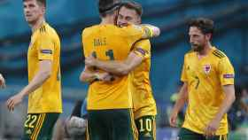Aaron Ramsey y Gareth Bale se abrazan después del gol ante Turquía