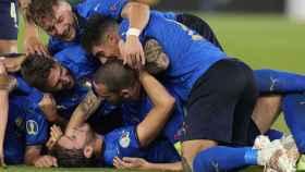Los jugadores de la selección de Italia celebran un gol de Locatelli ante Suiza