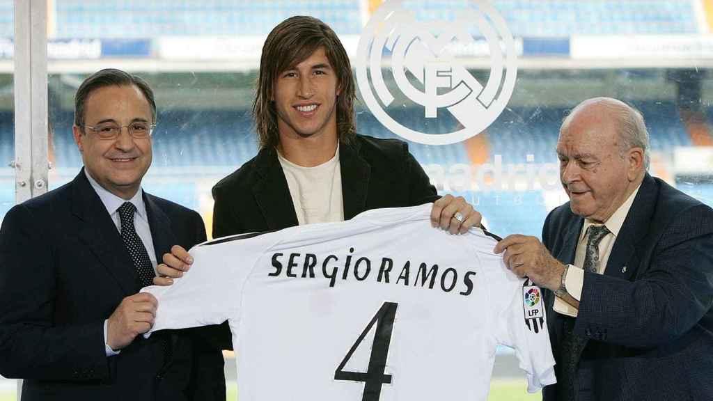 Florentino Pérez, Sergio Ramos y Alfredo Di Stéfano en la presentación del sevilla como nuevo jugador del Real Madrid