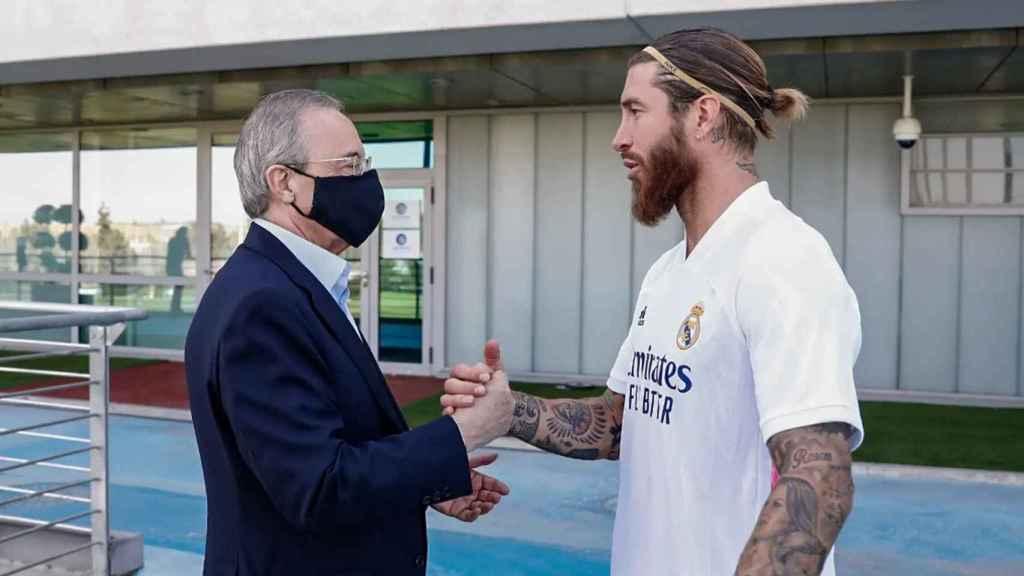 Florentino Pérez saluda a Sergio Ramos durante un entrenamiento del Real Madrid en Valdebebas