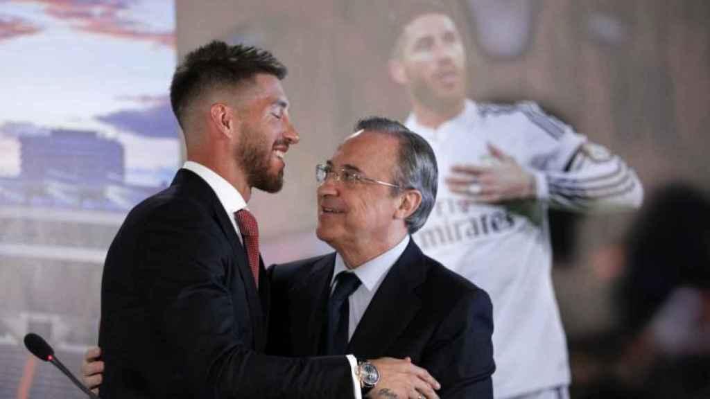 Sergio Ramos y Florentino Pérez se saludan durante el acto de la última renovación de contrato del futbolista con el Real Madrid en 2015