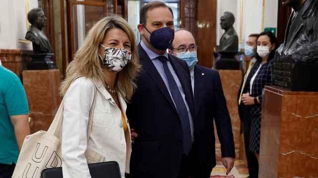 Yolanda Díaz, líder de Unidas Podemos en la coalición de Gobierno, junto a los socialistas José Luis Ábalos y Miquel Iceta, en el Congreso.