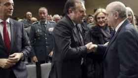 José Luis Olivera saluda a Fernández Díaz en su toma de posesión como director del CITCO, el 27 de enero de 2015./