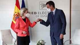 Ursula von der Leyen saluda a Pedro Sánchez durante su visita a Madrid de este miércoles