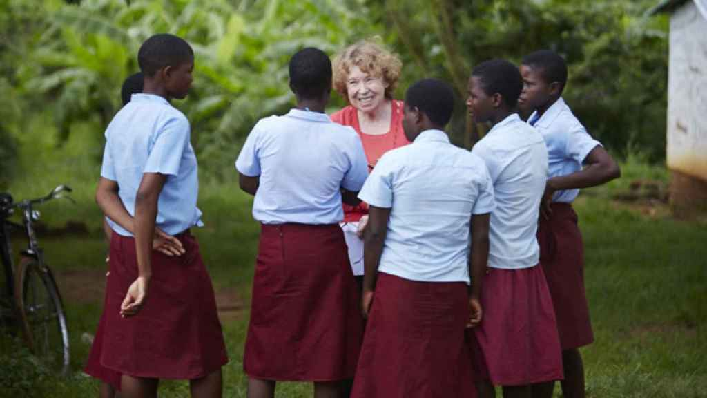 Ann Cotton, fundadora de CAMFED, habla con unas alumnas.