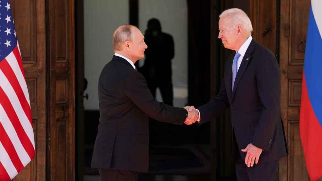 Biden y Putin, a la llegada a la cumbre.