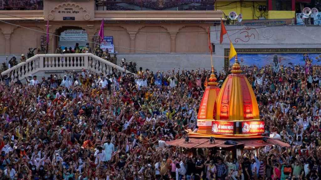 Miles de personas se congregan a orillas del Ganges durante la oración de la noche en el Kumbh Mela.