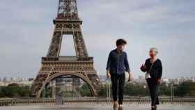 Dos personas con mascarilla en París. EP