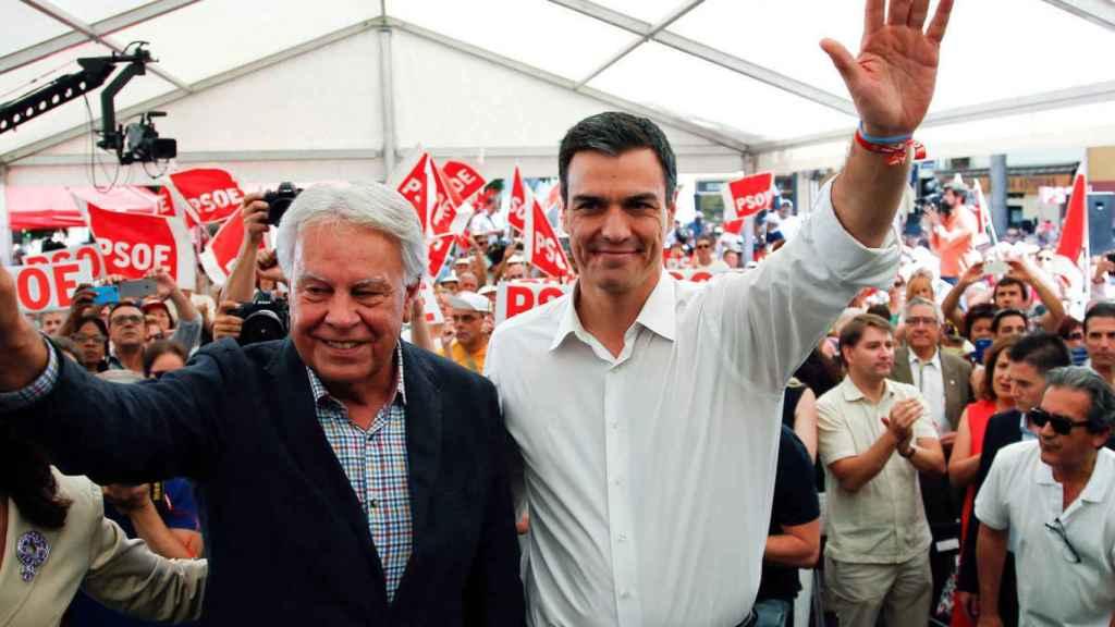 Felipe González y Pedro Sánchez, en un acto del PSOE en 2016.