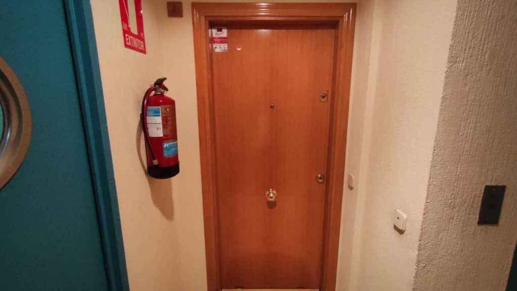 Puerta del domicilio donde fue asesinada Consuelo Martínez este martes en Madrid.