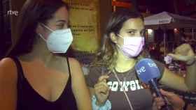 Claudia y su amiga durante su intervención para el Telediario.