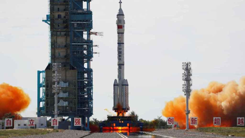 La nave Shenzhou-12 junto con el cohete Long March 2F