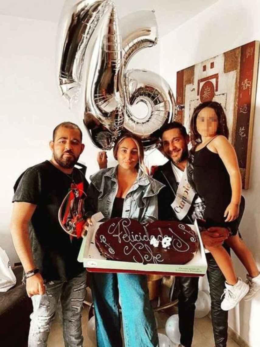 Antonio David Flores junto a sus hijos por su 46 cumpleaños.
