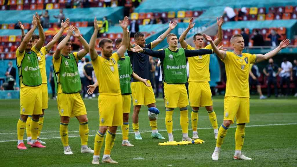 La selección de Ucrania celebra el triunfo con su afición