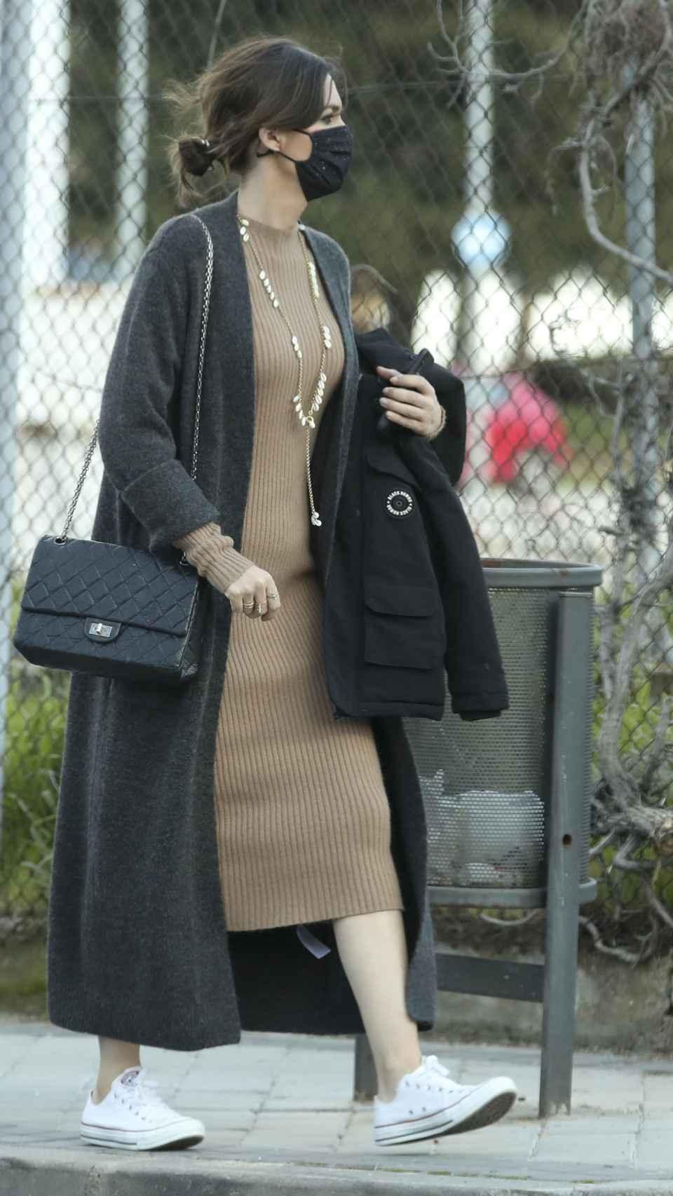 Sara Carbonero, con vestido de punto en tono chocolate.