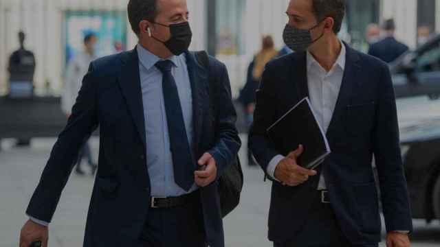 A la derecha, el diputado César Sánchez en los aledaños del Congreso de los Diputados.
