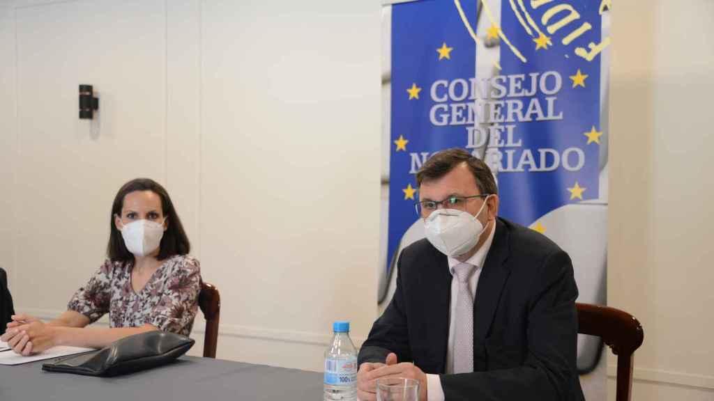 La portavoz del Consejo General del Notariado, Teresa Barea, y su presidente, José Ángel Martínez Sanchiz.