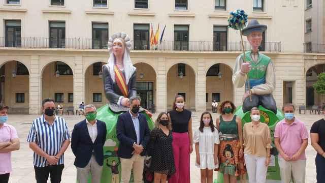 Las Belleses del Foc, junto a los miembros de la corporación municipal y representantes de Ecovidrio.