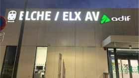 4.750 euros: el cambio al  valenciano de la rotulación de la estación del AVE de Elche