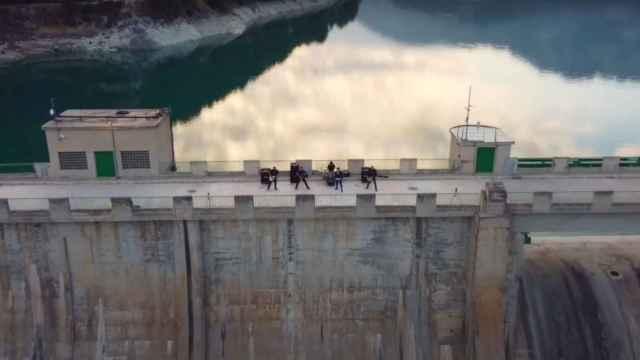 El vídeo ha sido grabado en el pantano de Guadalest.