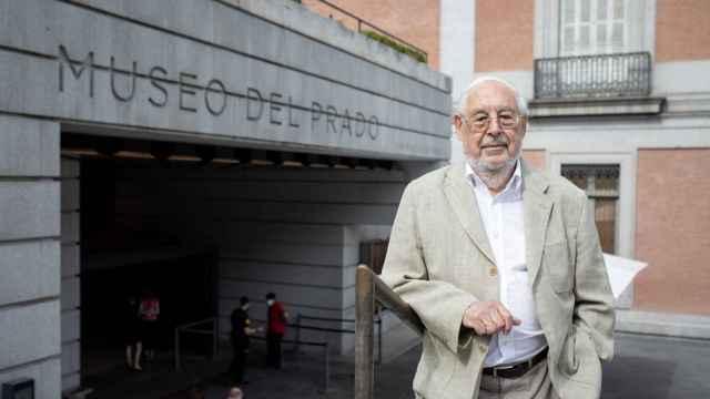 Francisco Javier Barbado, en la entrada al museo por la Puerta de los Jerónimos.