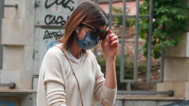 Alba Santana fotografiada este jueves en las inmediaciones de la casa de su madre.