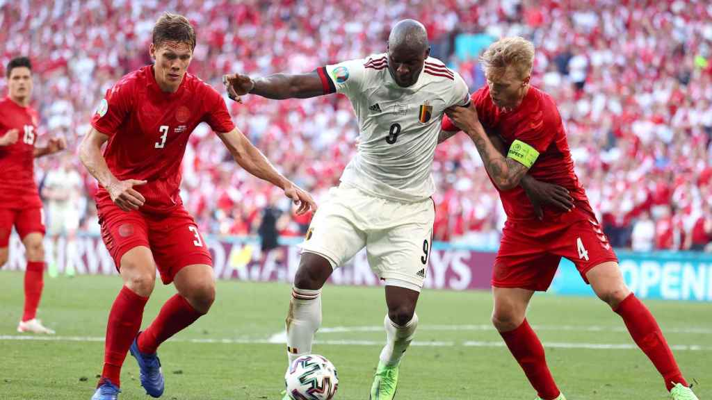 Lukaku pelea con la defensa de Dinamarca