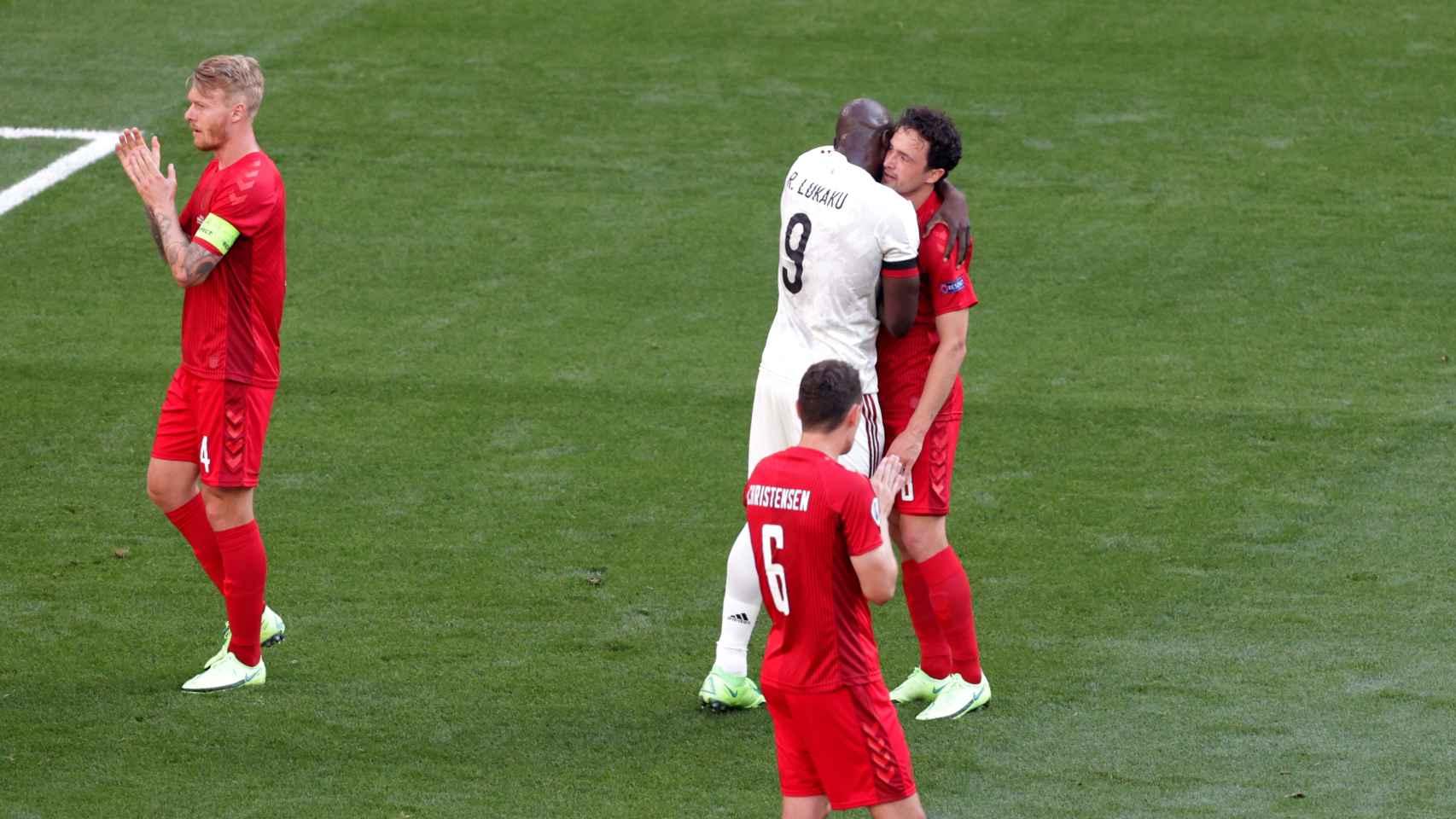 Lukaku (Bélgica) abrazando a un emocionado Delaney (Dinamarca)