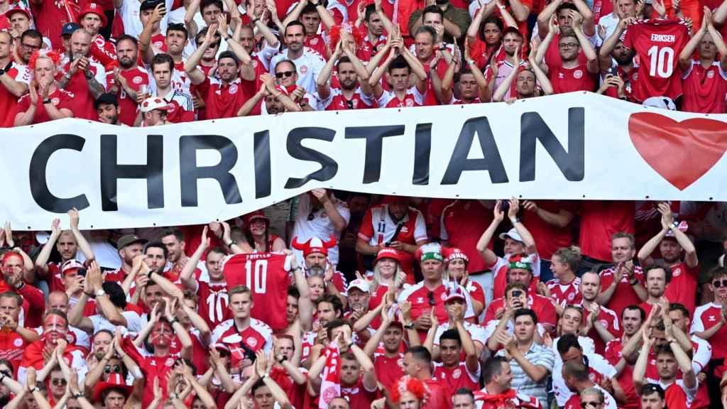 Pancarta de la afición de Dinamarca apoyando a Eriksen