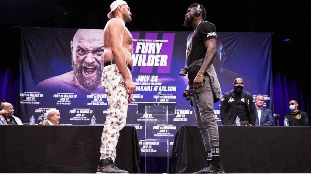 Tyson Fury y Deontay Wilder, durante el tenso cara a cara que mantuvieron en el Novo Theater de Los Angeles previo al combate que ambos protagonizarán el próximo 24 de julio en Las Vegas
