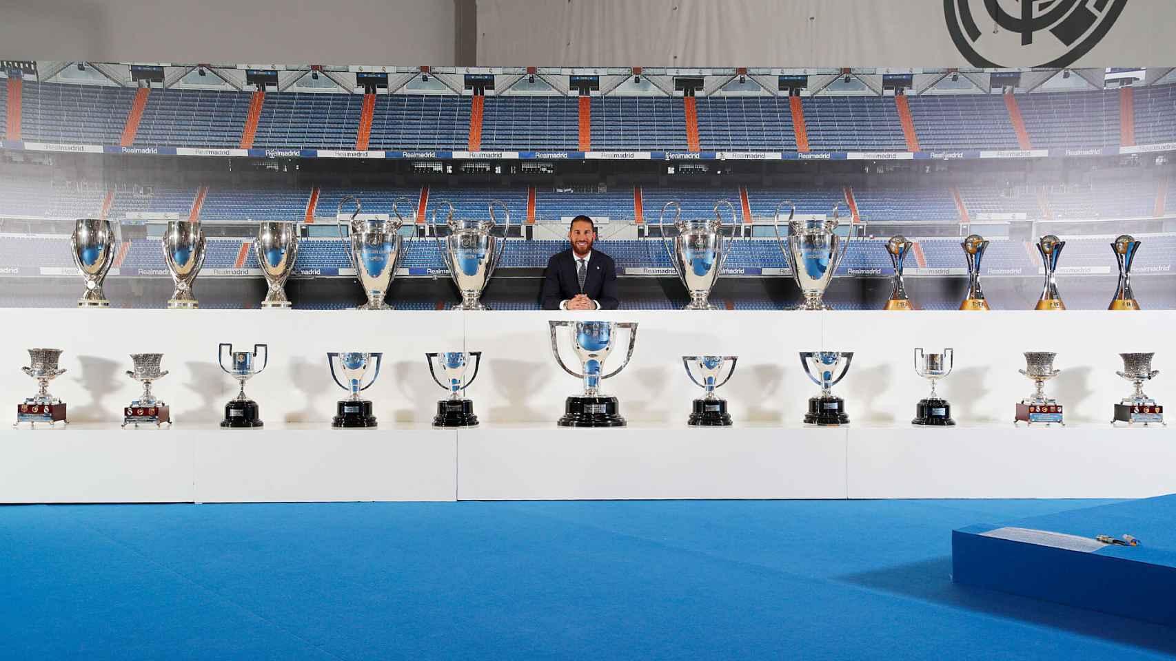 Sergio Ramos, posando con todos los trofeos que ha ganado con el Real Madrid