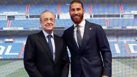 Florentino Pérez y Sergio Ramos, posando en el acto de despedida del Real Madrid