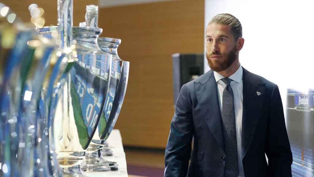Sergio Ramos, junto a los trofeos de la 'Orejona' que ha ganado en el Real Madrid