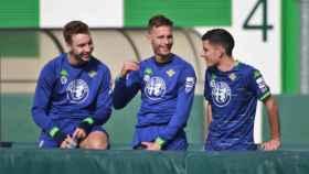 Loren y Canales junto a Julio Alonso en un entrenamiento del Betis. Foto: Real Betis