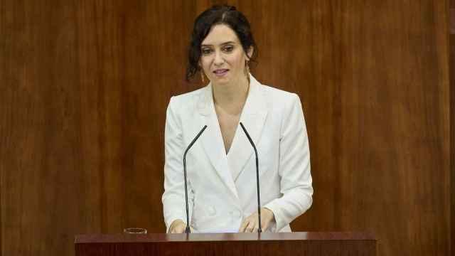 La presidenta en funciones de la Comunidad de Madrid, Isabel Díaz Ayuso, defiende su candidatura durante la primera sesión del pleno de su investidura.