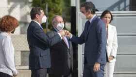 El presidente del Gobierno, Pedro Sánchez, saluda al líder de la CEOE, Antonio Garamendi, en Barcelona.