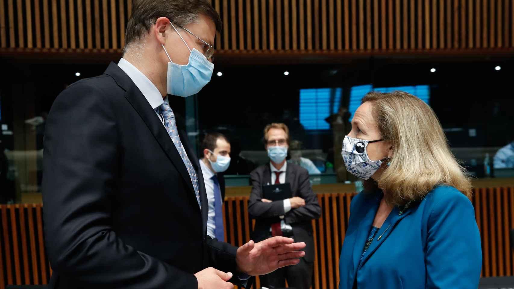 Nadia Calviño conversa con el vicepresidente de la Comisión, Valdis Dombrovskis, durante el Eurogrupo de este jueves