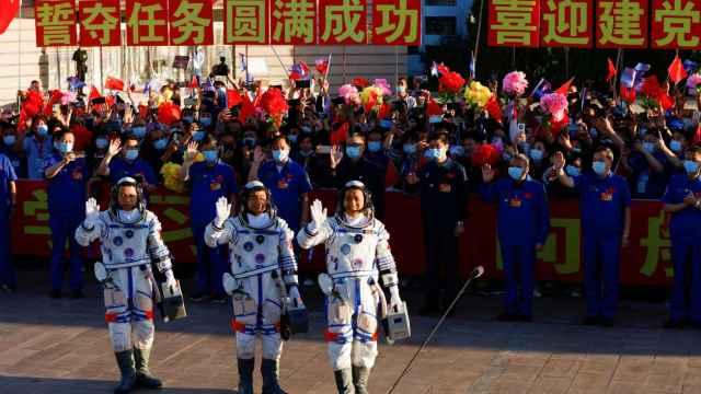 Los tres astronautas chinos antes del lanzamiento.