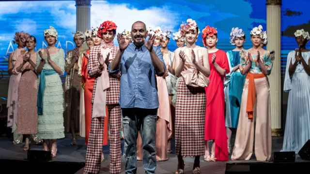Quién es Juan Duyos, el diseñador de moda invitado a 'Pasapalabra'