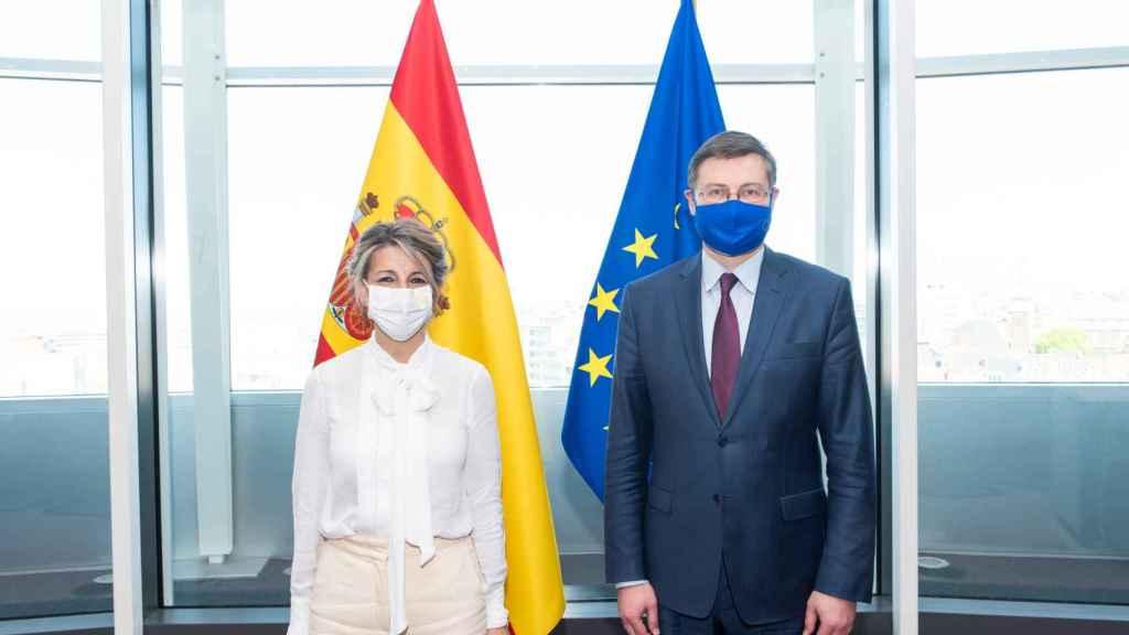 La vicepresidenta Yolanda Díaz, durante su reunión en abril con el vicepresidente de Economía de la Comisión, Valdis Dombrovskis