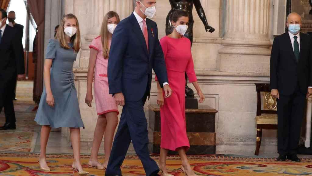 La reina ha combinado el diseño de Moisés Nieto con salones de Prada.