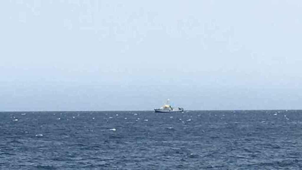 El buque de búsqueda Ángeles Alvariño frente a la costa de Tenerife.