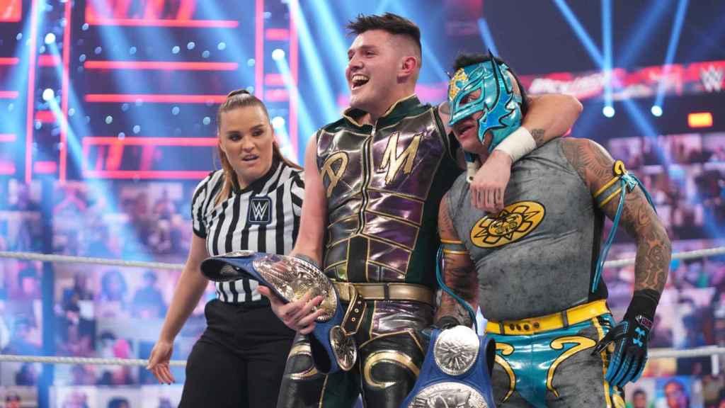 Dominik y Rey Mysterio, tras ganar el campeonato por parejas