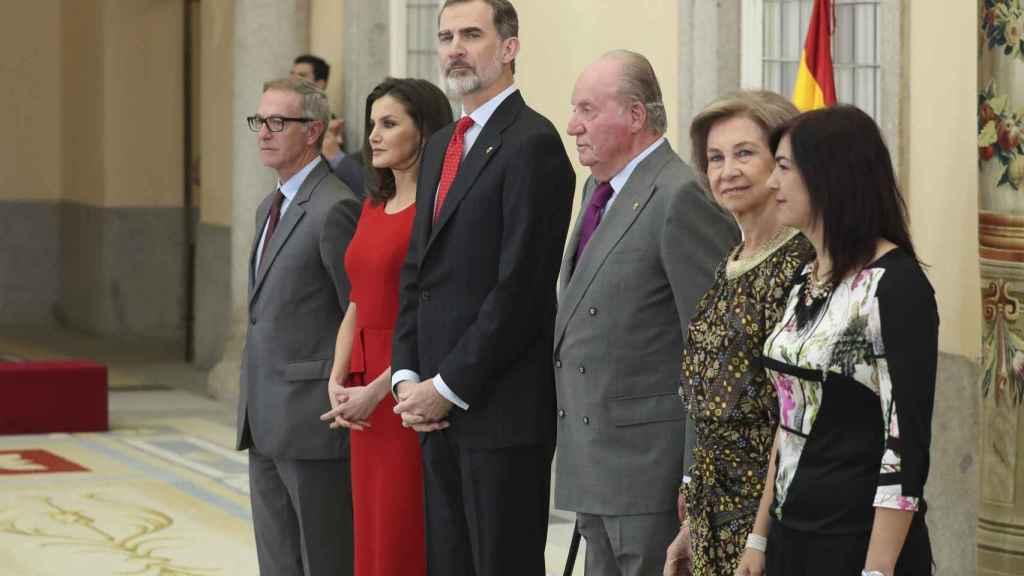 Letizia y Felipe, junto a Juan Carlos, Sofía y dos de los ministros de la legislatura vigente, en los Premios Nacionales de Deporte, en 2019.