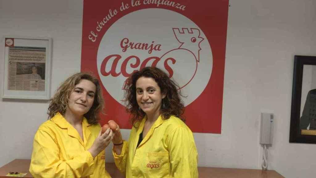 Rocío (izquierda) y Sandra García (derecha) , hermanas y gerentes de la Granja Agas, en Motilla del Palancar (Cuenca).