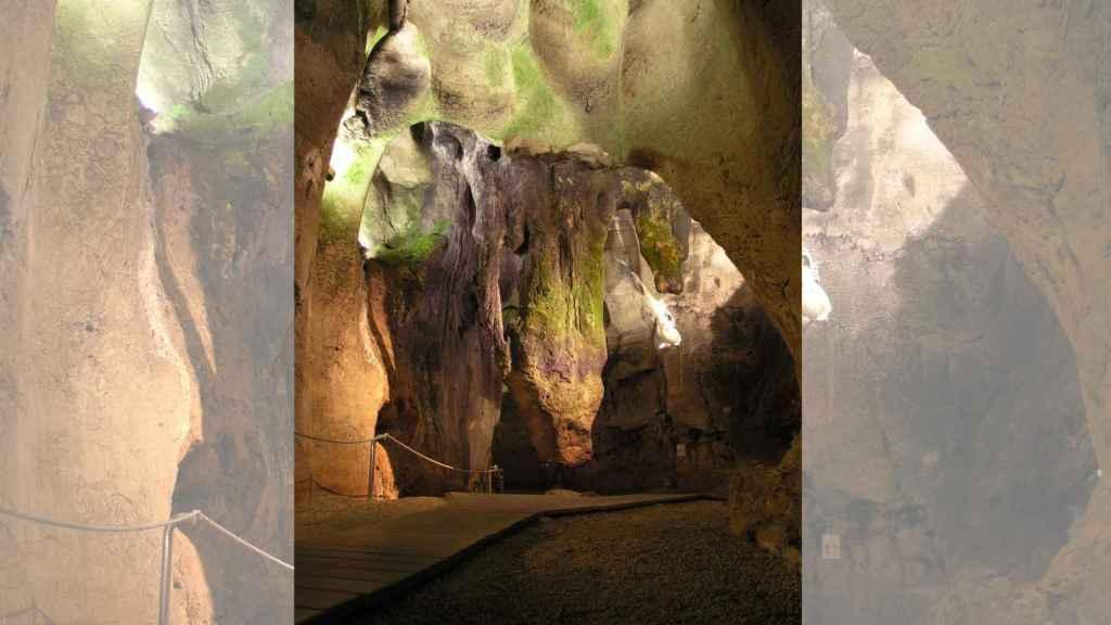 La Cueva de las Calaveras es una cavidad de más de 900 metros de longitud.